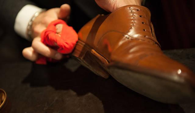 表革の手入れ(15) ワックスは革によるが、厚塗りでOK。「つま先とかかとは歩いていてぶつけるので、プロテクトも兼ねて厚めに」。コバにもワックスを塗る