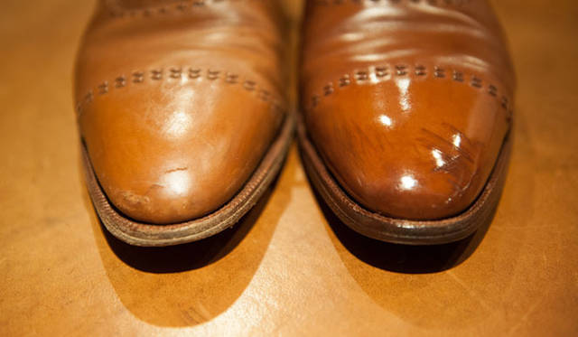 表革の手入れ(19) 左の革が乾いているのがよくわかる。右は革がしっとり柔らかくなって、生き返ったようだ