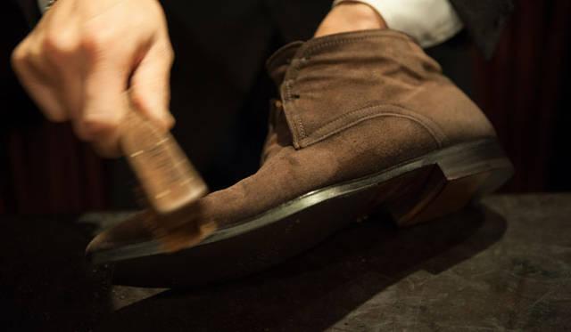 スウェード(8) 金ブラシで表面の毛を軽く薄く取る