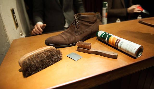 スウェード(14) スウェードも手入れをすれば長くもつ。「スウェードは、革に傷がついたり、革が割れたりしないので、手入れすれば一番長く履けます」と長谷川氏
