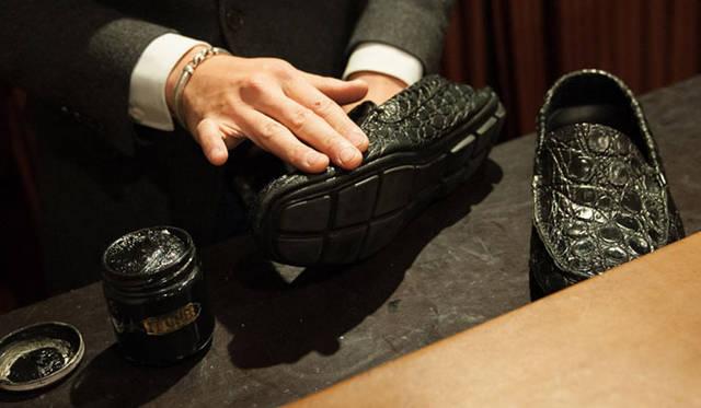 エキゾチックレザー(4) クリームをのばしていくが、靴につけすぎないように