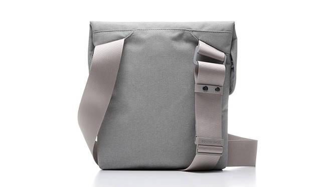 <strong>iPadショルダーバッグ</strong><br /> 外寸|290×294×40mm、内寸|250×280×15mm、重量|297g、価格|オープンプライス