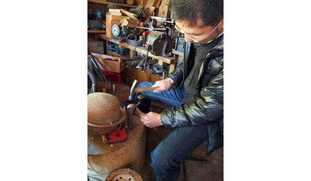<strong>特集|「パーマカルチャーデザイン」を暮らしのなかに</strong> 銅の叩き出しをして、キッチンスプーンを制作中