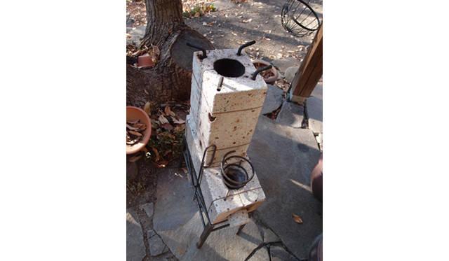 <strong>特集|「パーマカルチャーデザイン」を暮らしのなかに</strong> 自然の仕組みである煙突効果を利用したロケットストーブ。公園や庭の落ち枝で煮炊きができる