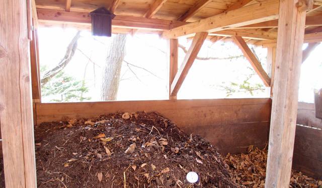 <strong>特集|「パーマカルチャーデザイン」を暮らしのなかに</strong> 四井式堆肥場は仕切りもなく、堆肥作りのための切り返しも楽にでき多様性を生んでいる