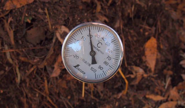 <strong>特集|「パーマカルチャーデザイン」を暮らしのなかに</strong> 堆肥熱は40~50度にもなることもある