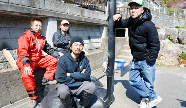 昼食時、集まってくれた地元の若手漁師たち。漁をさせたら最高にイカした姿を見せてくれる彼らがこれからの気仙沼を支える