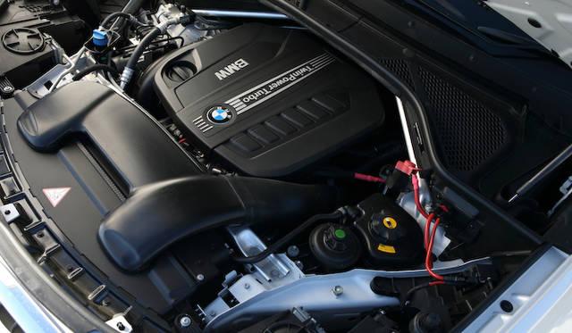 X5 xDrive35dは、最高出力190kW(258ps)/4,000rpmを発生させる3リッター直列6気筒ディーゼルターボを搭載。最大トルクは、1,500-3,000rpmのあいだで560Nmを発揮する