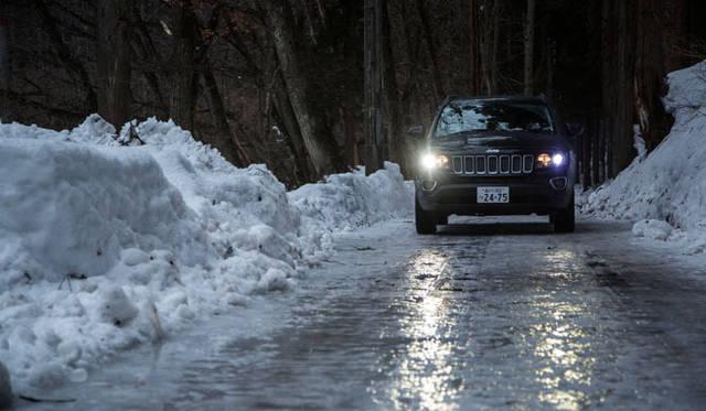 白馬までの幹線道路は除雪がいき届き乾燥した路面なのだが、一歩脇道に入るとアスファルトの上にシャーベット状に雪が残っていた