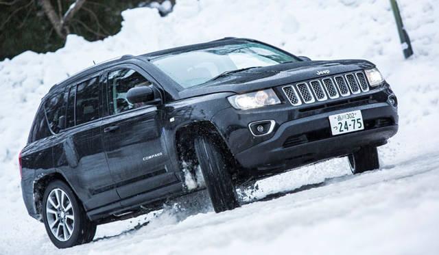 一般道路から隔離された特設の雪上コースでは、トラクションコントロールシステムが駆動力を制御し、アクセルを踏み込んだ際のタイヤのスリップを抑制。多少の轍を苦もなく乗り越える実力を持つ