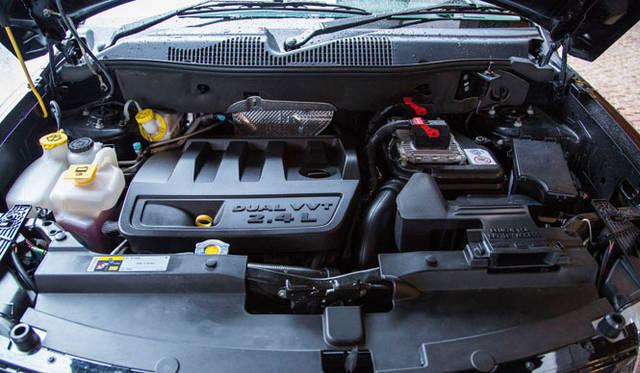 搭載されるエンジンは2.4リッターの直列4気筒で、最高出力は125kW(170PS)を発揮。現行モデルはCVTに代わり、6段ATを採用する