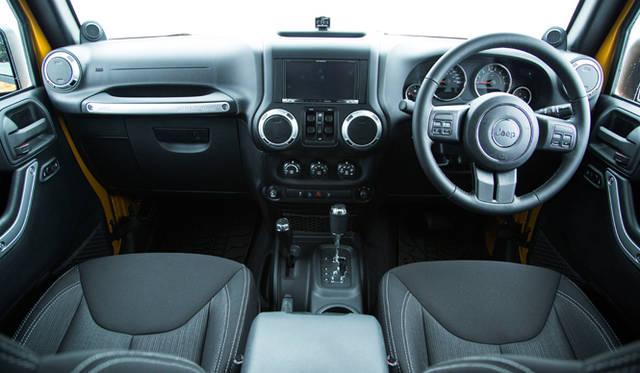 クルマのボディ四隅の感覚が掴みやすい高いシートポジション。このドライビングポジションとボディデザインが、道無き道をいく際に、ドライバーを大いに助けてくれる
