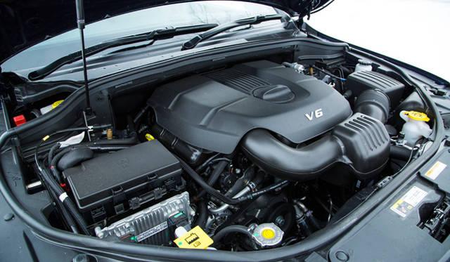 グランドチェロキーは、210kW(286PS)の3.6リッターV6エンジンを搭載する「ラレード」と、豪華装備を標準採用する「リミテッド」、そして伝統の5.7リッターV8エンジンを搭載する「サミット」をラインナップ