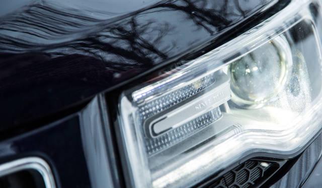 左側のヘッドライトには「SINCE 1941」と、ジープが創業した年が刻まれている