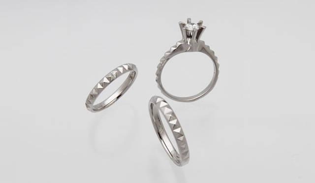 「Monumental –Pyramid- (モニュメンタル ピラミッド)」 Engagement Ring Pyramid(地金 Pt950・ダイヤモンド 0.30ct から)37万1000円~、Wedding Ring Pyramid N(地金 Pt950・幅 約2.6mm #5~#22)13万円、Wedding Ring Pyramid W(地金 Pt950・幅 約2.9mm #5~#22)17万円 ※すべて税抜価格