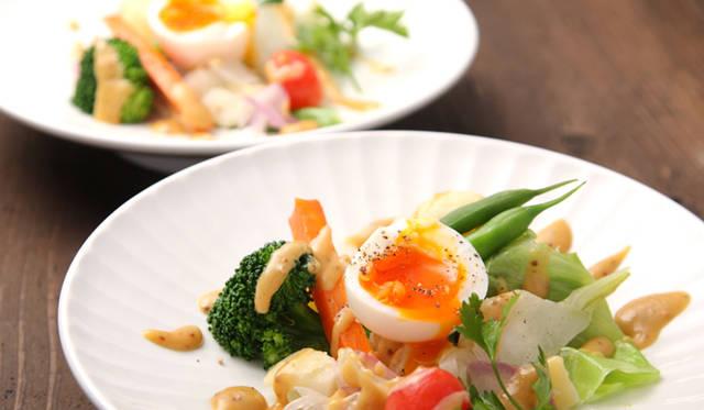 「半熟卵と温野菜のサラダ」