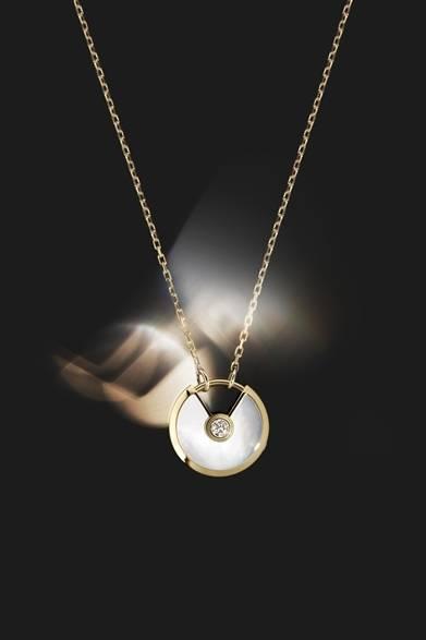 <strong>Cartier|幸運を引き寄せる新作「アミュレット ドゥ カルティエ」</strong> アミュレット ドゥ カルティエ ネックレス 43万2500円(税抜) Julien Claessens & Thomas Deschamps &#169;Cartier