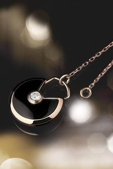 <strong>Cartier|幸運を引き寄せる新作「アミュレット ドゥ カルティエ」</strong> アミュレット ドゥ カルティエ ネックレス 43万2500円(税抜)Julien Claessens & Thomas Deschamps &#169;Cartier