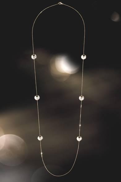 <strong>Cartier|幸運を引き寄せる新作「アミュレット ドゥ カルティエ」</strong> アミュレット ドゥ カルティエ ロングネックレス 88万円 Julien Claessens & Thomas Deschamps &#169;Cartier