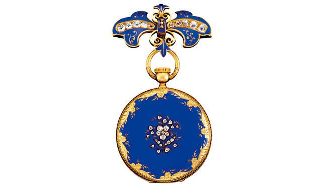 栄華を極めたイギリスで、その頂点に君臨した女王ヴィクトリア。1851年、ロンドンで開催された世界初の万国博覧会で女王に献上されたのは、瞳と同じ色のロイヤルブルーのペンダント・ウォッチだった