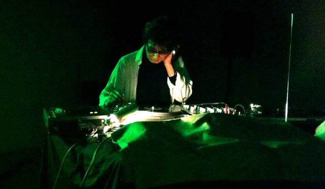 阿木譲│AGI Yuzuru<br /> レコードプロデューサー、エディター、音楽評論家,DJ。1946年4月14日、大阪府生まれ。1976年に『rock magazine』を創刊、1978年に自主制作レーベル「Vanity」を設立。尖端音楽愛好家から熱狂的な支持を獲得。2013年12月に秋山伸とアートジン『0g』を創刊。