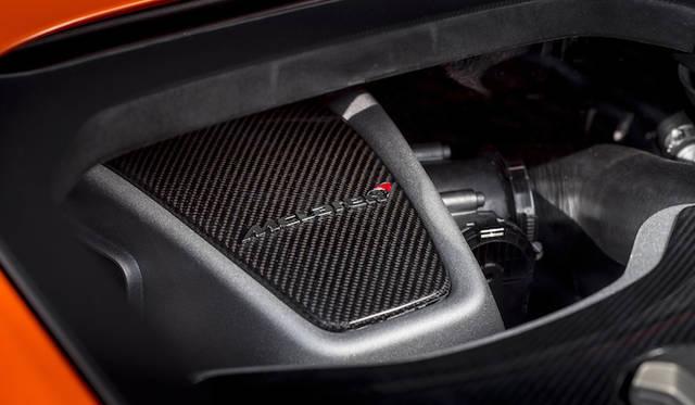 搭載される3.8リッターツインターボV8エンジンは、MP4-12CとおなじM838T型の改良版。MP4-12C比で25ps出力が増され、最高出力650psを発揮する