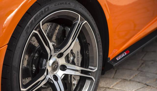 タイヤは前が235/35ZR19、後が305/30ZR20で、試乗車はP Zero CORSAが装着されていた