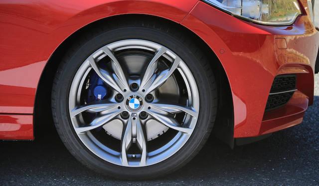 タイヤサイズは、 フロントが225/40R18、リアは245/35 R18<br />