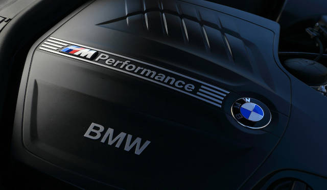 エンジニアリングがほどこされたエンジンとして、Mパフォーマンスのロゴがエンジンカバーに描かれる<br />