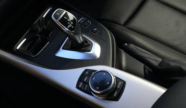 8段ATのシフトレバーは、BMWではおなじみの形状のもの。ATでもサイドブレーキはスイッチではなくレバー式だ<br />