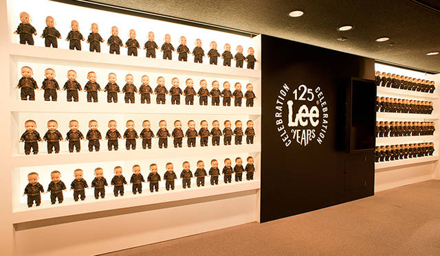 会場の入り口で迎え入れるのは、本展のために特別に製作された125体の「Buddy Lee」
