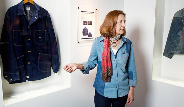 「これは鉄道作業員のなかで人気が高まり『ロコジャケット』という愛称で親しまれてきたワークジャケットです。『Jelt Denim』という非常にタフな生地で製作されています」