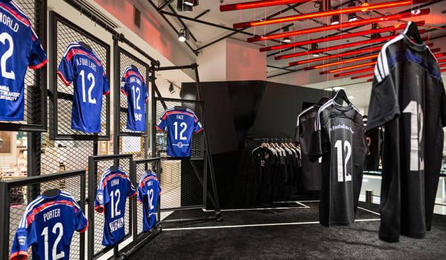 <strong>ISETAN|伊勢丹</strong> 伊勢丹新宿店本館1階=ザ・ステージ「adidas enjin collection」特設ブース ※ブルーのTシャツは展示用の見本