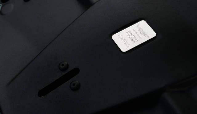 エンジンにはくみ上げた職人の署名が刻まれる