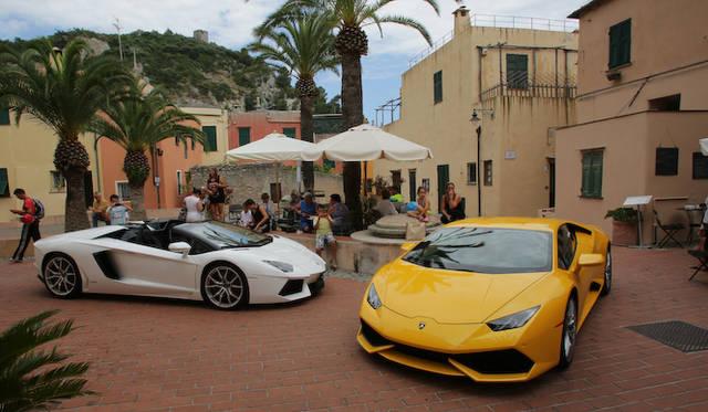 左のホワイトの車体は、アヴェンタドール ロードスター。比較すると差異がわかりやすい