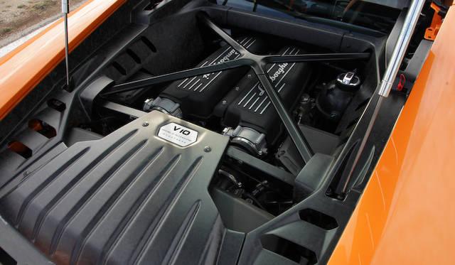 ミドに搭載される5.2リッターV10エンジンは、最高出力610ps、最大トルク560Nmを発揮する