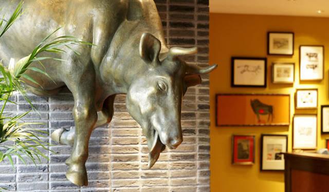 鉄板焼きレストラン「Steak house Medium Rare」牛オブジェ