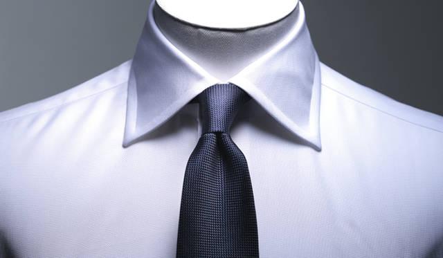 英国的なワイドスプレッドカラーにより、ほどよくリラックスした印象に。また衿のステッチはピッチを大きくすることで、無骨さをプラスしている。小ぶりのプレーンノットで、アメリカントラディショナルの要素をミックスした着こなしをお薦めする。ピンオックスフォードシャツ1万4040円、ネクタイ9720円(ともにフェアファクス)