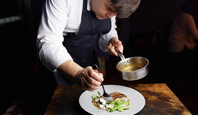 """「ピルエット」のアドバイザリーシェフを務めるのは、フランスのM.O.F.(国家最優秀職人)受賞シェフのエリック・トロション氏。メニュー作りについて「""""今日届いた食材をどう生かすか""""に集中したい」と語る"""