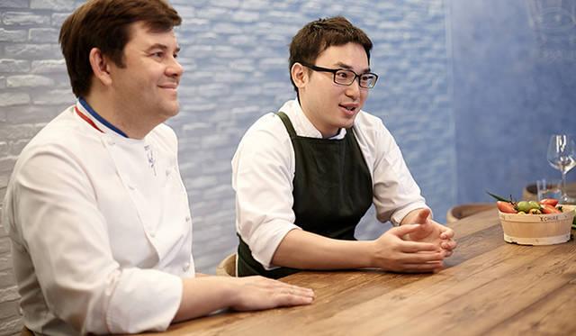 トロション氏(左)がその才能を認めるのが、「ピルエット」の厨房を預かる小林直矢シェフだ。日本で数店のフレンチレストランを経て、フランスに渡った小林シェフ。1年の滞在を経て、帰国するころにはすっかり価値観が変わっていたという