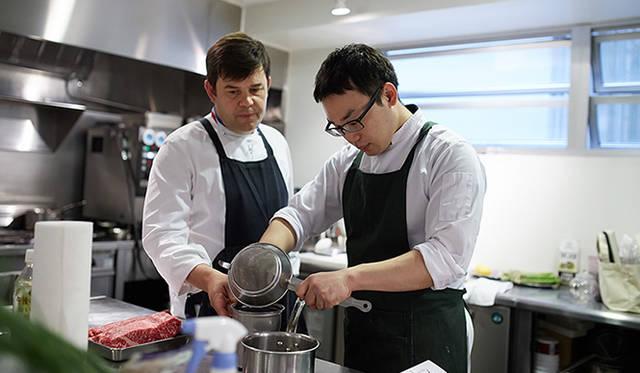 厨房で試作中のトロション氏(左)と小林氏