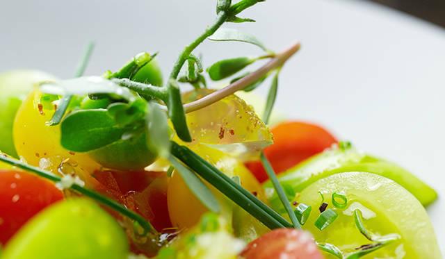 試作メニュー。採れたてのトマトを使用した「須永農園情熱トマトのセビーチェ」。南米の料理、セビーチェをベースにした一皿。通常、レモンを使うところをレモンのジュレに変えていたり、バスク風唐辛子を使っていたりと、トロション氏ならではのアレンジを加えている
