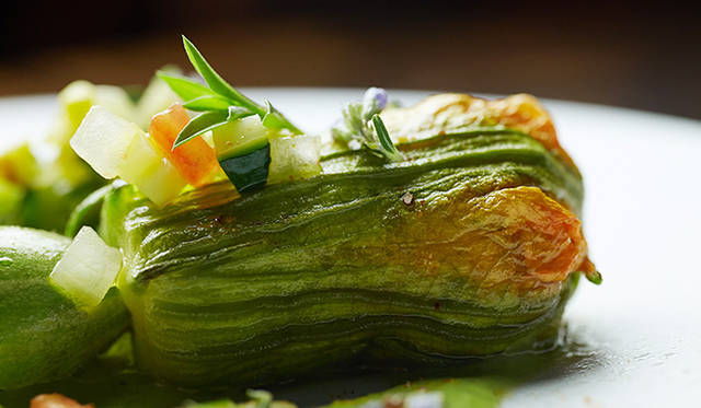 「須永農園恵みのフルールドクルジェット その庭で取れたハーブ」。ズッキーニのなかに、ラタトゥイユとリコッタを混ぜたものを詰めている。ズッキーニのピュレ、サリエットなどを添えている