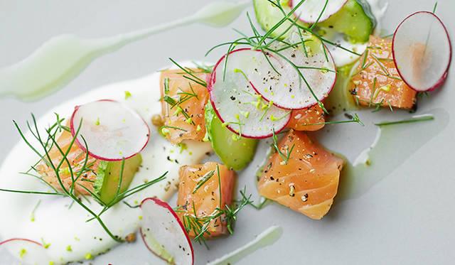 試作メニュー。フランス料理の定番、サーモンのマリネを再現した「タスマニア産サーモンのマリネ 須永農園朝積みハーブ(アネット)」。良質な岩塩と、朝積みハーブでマリネしたシンプルな一皿だが、通常薄くスライスするところを、キューブ状にカットして見た目に変化をつけている