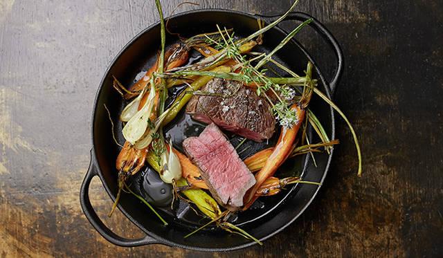 試作メニュー。岩手産の新鮮な短角牛と「須永農園」の野菜を使った「岩手短角牛と須永農園野菜のロースト」。2人用メニューで、南部鉄器のココットでの提供を想定している