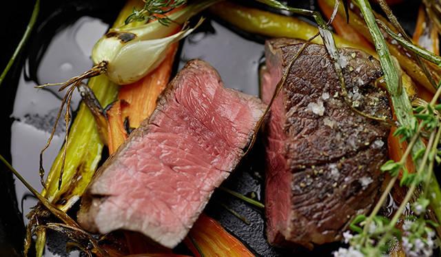 試作メニューの「岩手短角牛と須永農園野菜のロースト」。素材良さをそのまま味わえる、「ピルエット」らしい一皿といえる