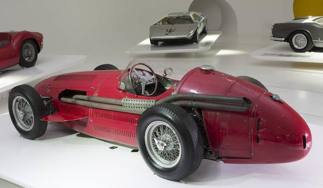 本国イタリアで6月から2015年1月まで開催されている、「マセラティ100/純粋なるイタリアンラグジュアリースポーツカーの世紀」で展示中の「マセラティ 250F」