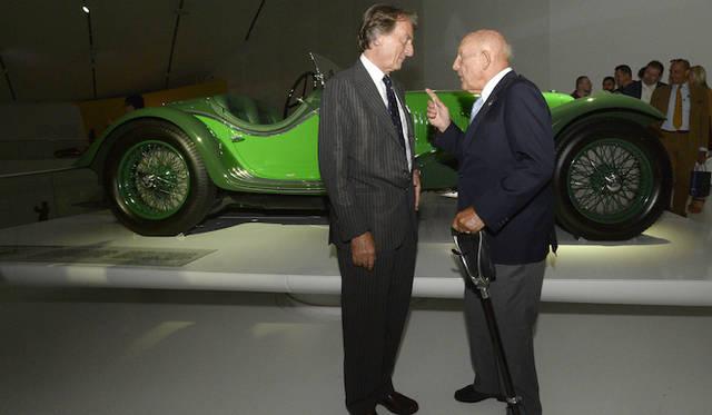 1台しかロードゴーイングバージョンが作られなかった16気筒の「V4」(1932年)を背に話をする、フェラーリのルカ・ディ・モンテツェーモロ会長(左)と、スターリング・モス氏(右)
