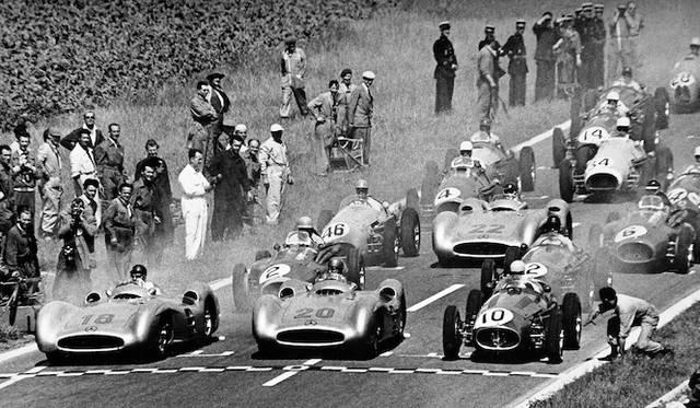 1954年のフランスGPでのひとコマ。メルセデス・ベンツ「W196 R」の2台の横に、マセラティの250Fがスターティンググリッドにつく