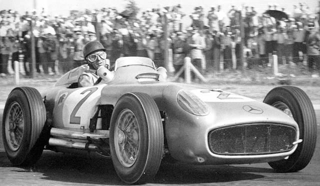 1955年のアルゼンチンGPで優勝したファン・マヌエル・ファンジオ氏。ドライブしたクルマはメルセデス・ベンツ「W196 R」だった